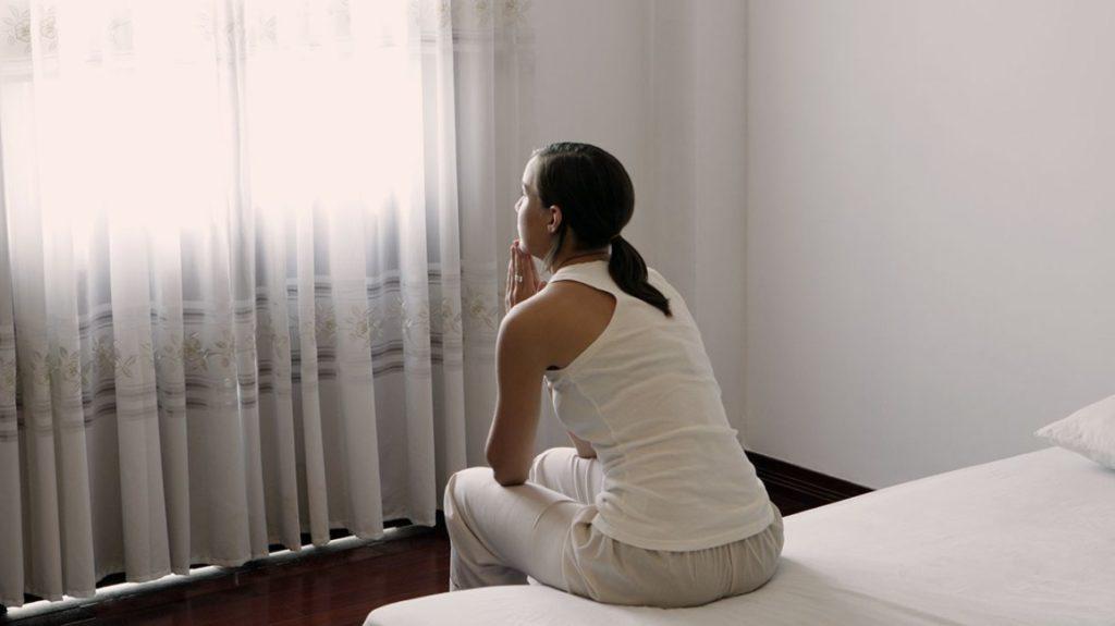 женщина села на кровать и гадала, есть ли у нее инфекции, передающиеся половым путем
