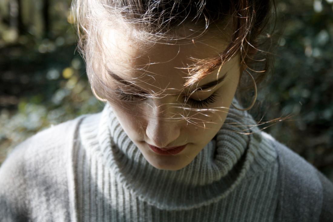 девочка-подросток, испытывающая общие симптомы депрессии