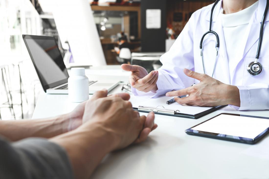 врач разговаривает с пациентом мужского пола