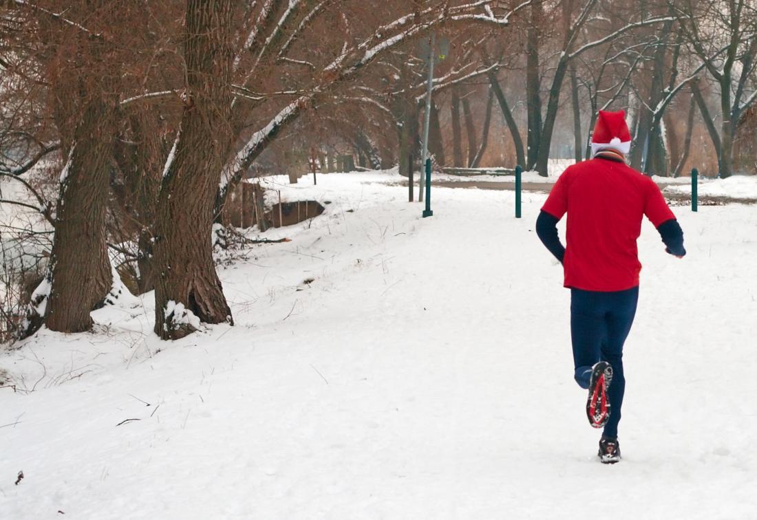 Бегущий человек одет как Санта