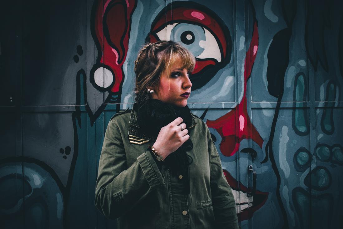 человек перед лицом граффити