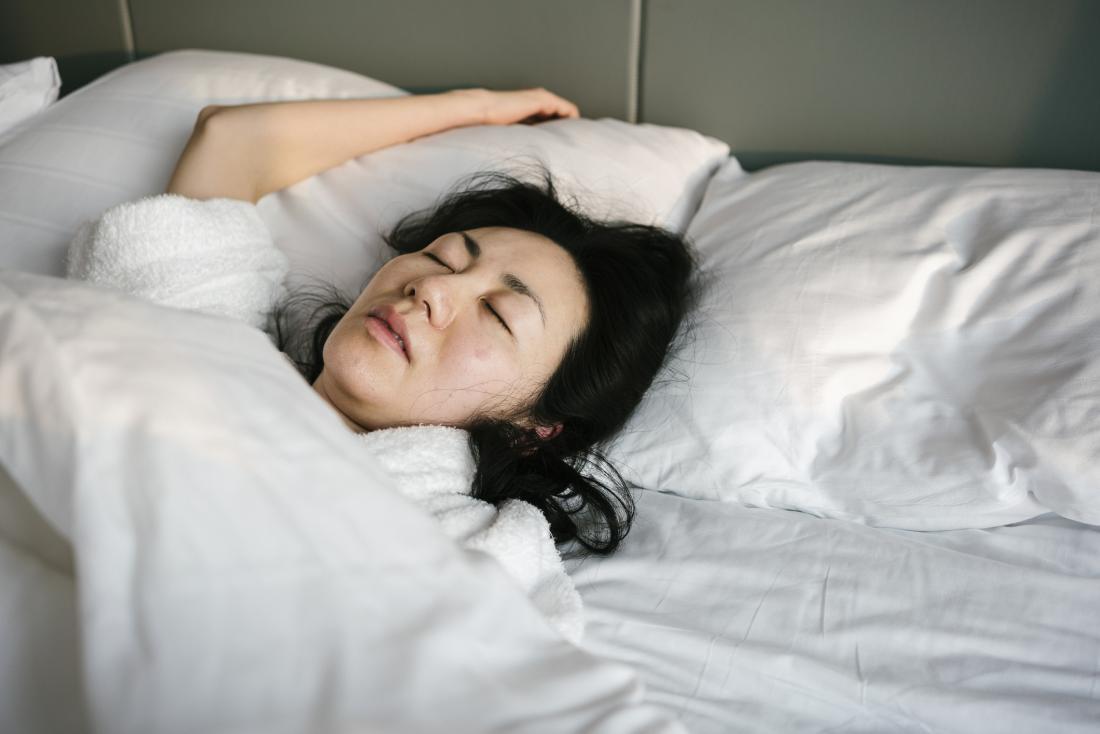 Больная и больная женщина в постели спит