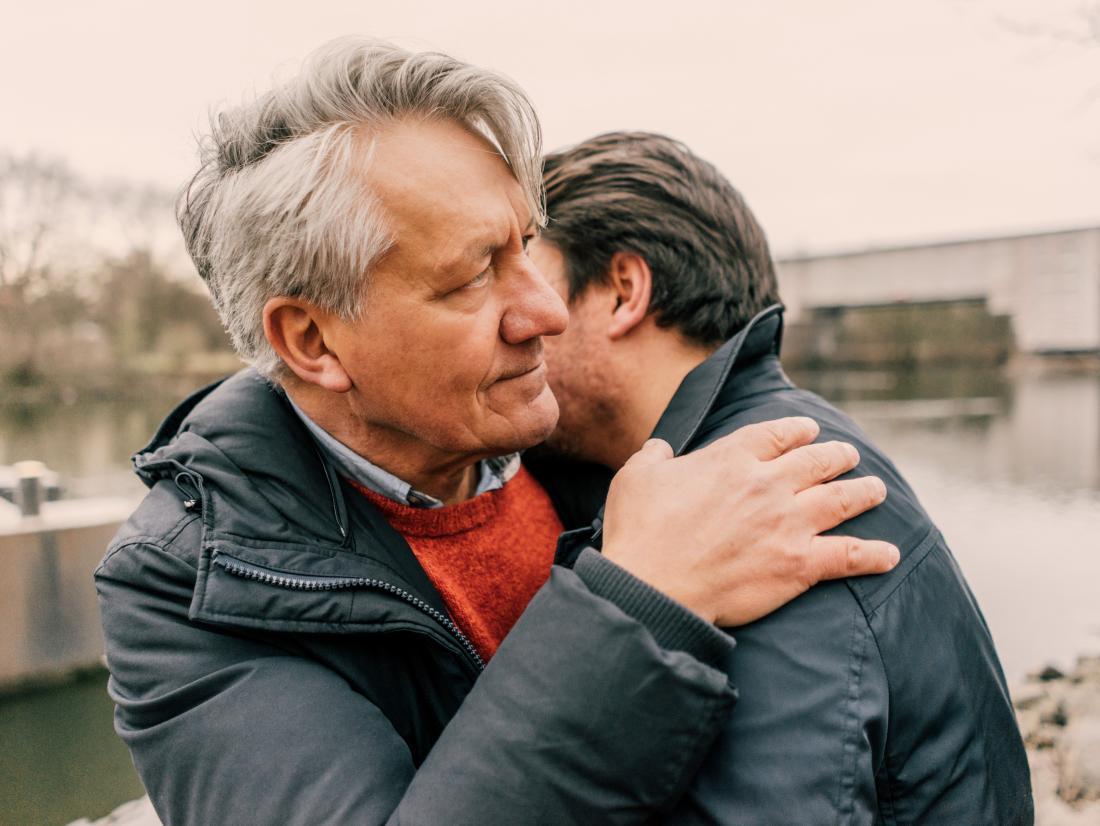 двое мужчин едят обнимать как это
